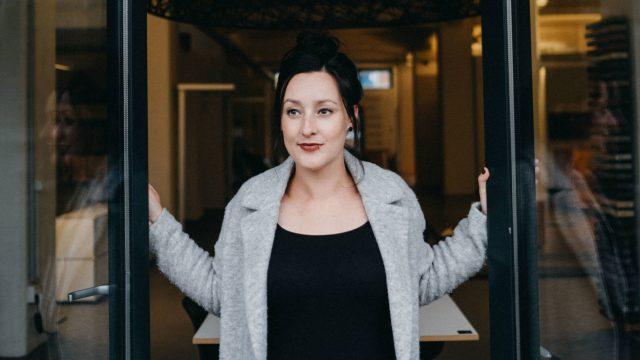 Laura Witt von resonat Bremen – Coaching & Supervision steht im Eingang des Büros