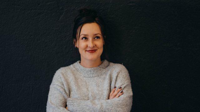Laura Witt von resonat Bremen – Coaching & Supervision steht vor einer Wand im Büro